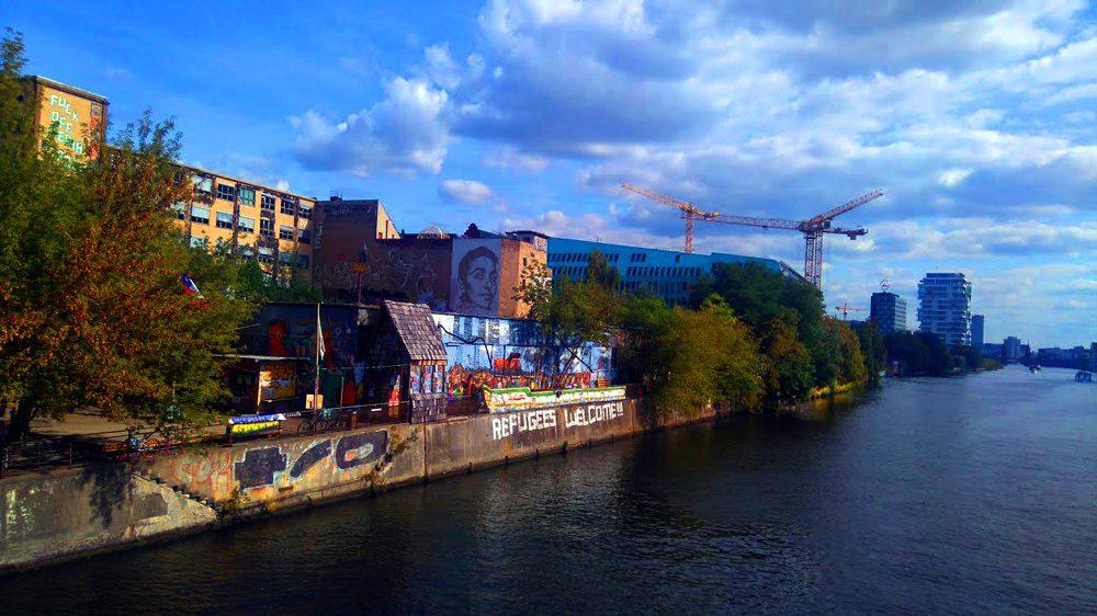 """""""Καλώς ήρθατε πρόσφυγες"""", Ποταμός Σπρέε Βερολίνο/ φωτό: Μαρία Παπαμίχου"""